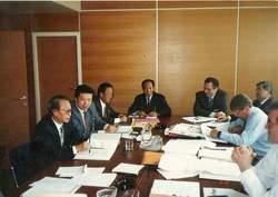 ▲北朝鮮使節団と協議するIAEA査察関係者(ウィーンのIAEA本部で撮影)