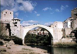 ▲クロアチア系住民とイスラム系住民間を結ぶボスニアの「スタリ・モスト橋」(2005年11月、ボスニアのモスタル市で撮影)