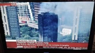 ▲大火災を起こしたロンドンの高層公営住宅タワー(BBC放送から)