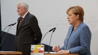 ▲難民政策で合意したゼーホーファー党首とメルケル首相(2017年10月8日、ベルリンの記者会見で、CDUの公式サイトから
