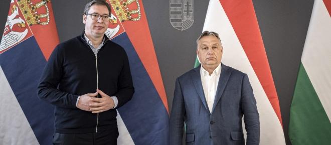 ▲中国の欧州拠点ハンガリーとセルビア両国の首脳、ハンガリーのオルバン首相(右)、セルビアのヴチッチ大統領(左)(2020年3月22日、ブタペストで、オルバン首相公式サイドから)