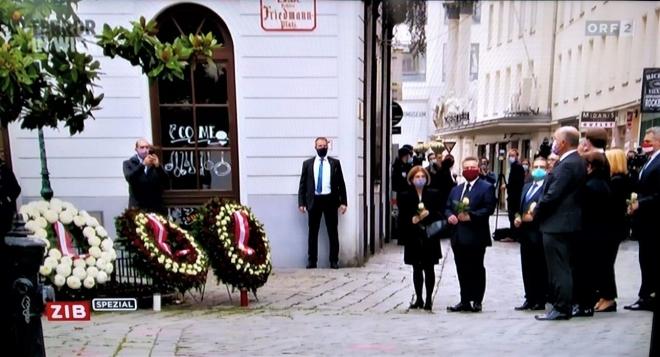 ▲ウィーン銃撃テロ事件の犯行場所で犠牲者を追悼するオーストリア政府首脳陣(2020年11月3日、ウィーン市内で、オーストリア国営放送の中継放送から)