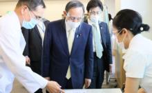 ▲国立病院機構東京医療センターのワクチン接種会場を視察する菅首相(2021年2月18日、首相官邸公式サイトから)